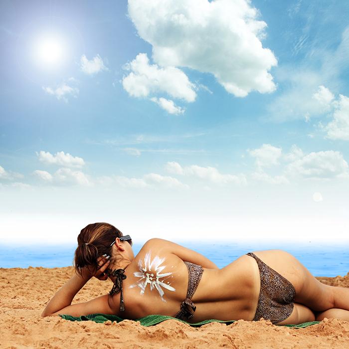 schöne Strand und blauer Himmel