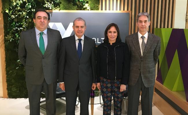 El director de Farmacia de Gobierno Vasco visita el almacen de Novaltia