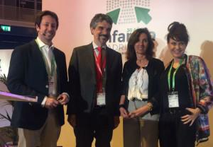 En el centro de la imagen, el director general de anefp, Jaume Pey, junto a Cristina Tiemblo, de la Vocalía Nacional de Dermofarmacia en CGCOF
