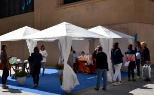 Centenares de personas reciben asesoramiento en la carpa de protección solar del COFT