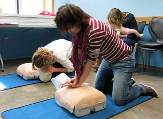 Farmacéuticos practican maniobras de primeros auxilios