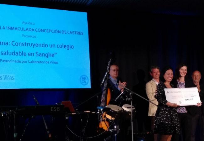 La Dra. Nuria Blázquez recogiendo el premio otorgado por Laboratorios Viñas