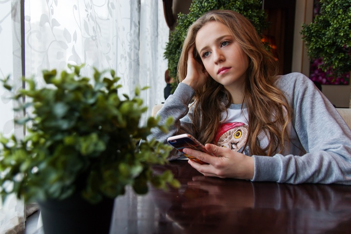 smartphone-person-cafe-girl-woman-photography-1172564-pxhere.com