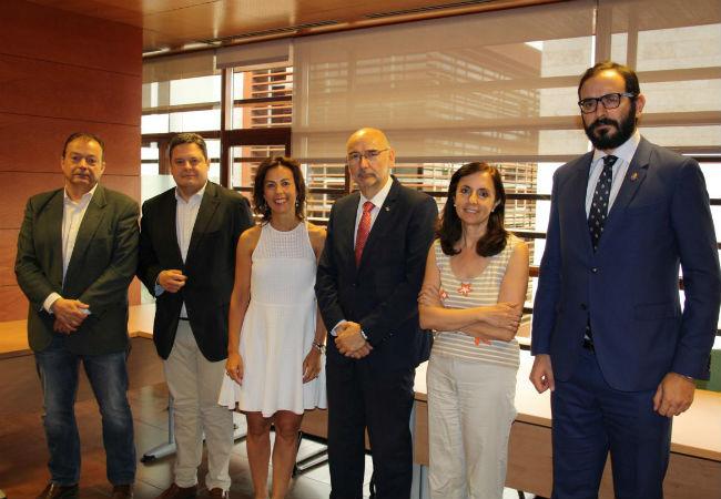 Miembros de COFCAM y de la Consejería de Salud de Castilla La Mancha, momentos después de la firma