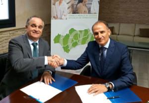 Antonio Mingorance, presidente del Consejo Andaluz de Colegios Oficiales de Farmacéuticos (a la izquierda) y Francisco Javier García, de Johnson&Johnson