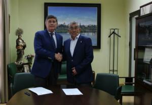 El presidente del Colegio de Sevilla, Manuel Pérez Fernández y el de FSFE, Rafael Martínez Montes en el momento de la firma