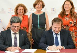 Carlos Treceño y Efrem Yildiz, en el momento de la firma (FOTO: USAL)
