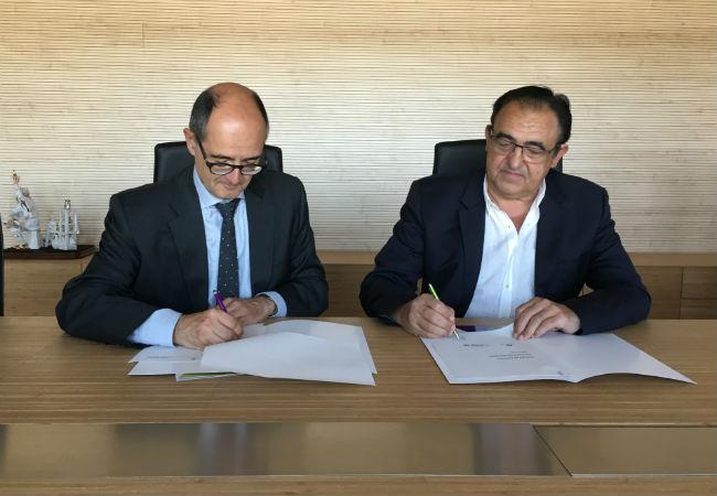 El Rector de la Universidad San Jorge, Carlos Pérez Caseiras y el presidente de Novaltia, Miguel Ángel Artal firman el documento de renovación de la Cátedra