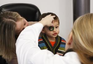 Especialistas recomiendan realizar la primera revisión con el oftalmólogo en etapa de educación infantil