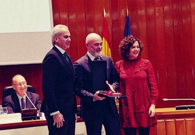 Gaspar Linares, tesorero del Consejo de Cofares, y Carmen Peris, de la plataforma Destino Salud, recogiendo el premio en la categoría de 'Fomento de las tecnologías sanitarias'