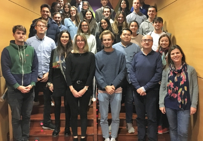 Foto de familia con los estudiantes de la Universidad de Deusto