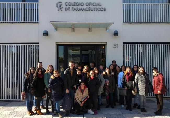 Foto de los alumnos, a la entrada de la Facultad
