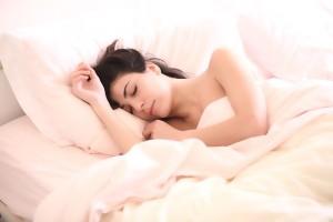 La apnea obstructiva del sueño es más frecuente y grave en los pacientes con hipertensión arterial refractaria