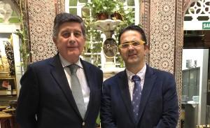 Manuel Pérez (a la izquierda), presidente del Colegio de Farmacéuticos de Sevilla, la Fundación Mehuer y el Congreso, junto a Juan Carrión, presidente de la Federación Española de Enfermedades Raras