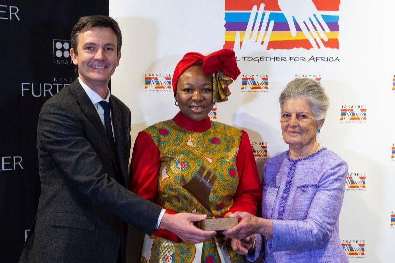 SAR Teresa de Borbón dos Sicilias,  Presidenta de honor de Harambee España y Laurent Coupe, Director General del Grupo Pierre Fabre en España, han entregado el Premio Harambee 2019 a la Promoción e Igualdad de la Mujer Africana a la médico sudafricana Ozo Ibeziako