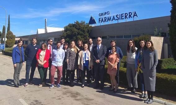 Foto de familia a las puertas del Grupo Farmasierra