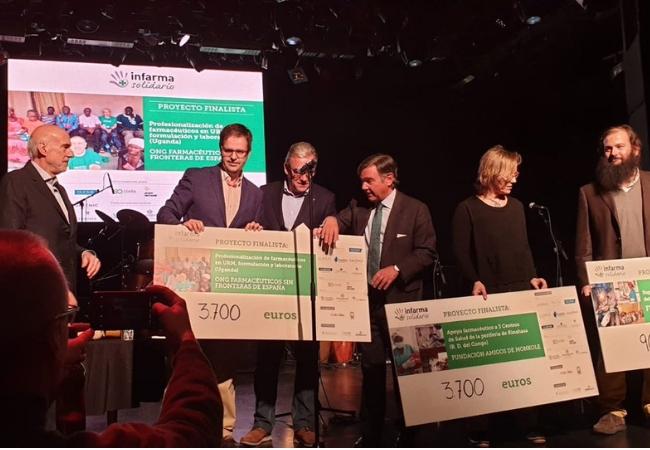 Momento de la entrega del cheque junto a los otros finalistas