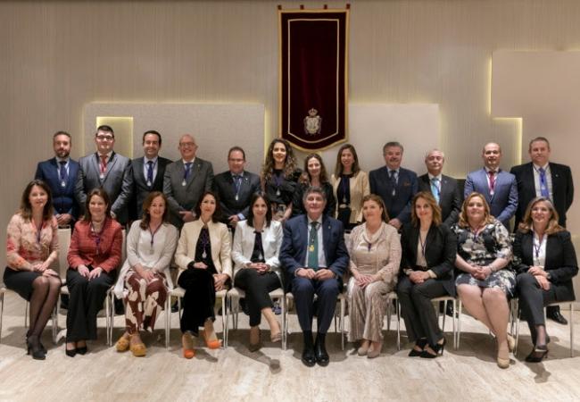 Foto de familia de la nueva Junta de Gobierno de COF Sevilla