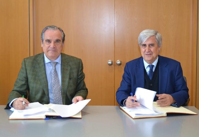 Jesús Aguilar, presidente del Consejo General de Colegios Oficiales de Farmacéuticos, y Juan José Badiola, presidente del Consejo General de Veterinarios.