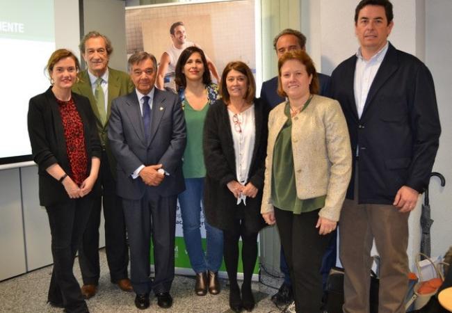Foto de familia de la presentación del curso, con Luis González en el centro