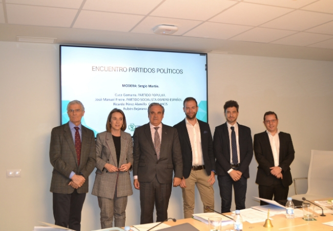 Foto de familia de Jesús Aguilar con los representantes políticos