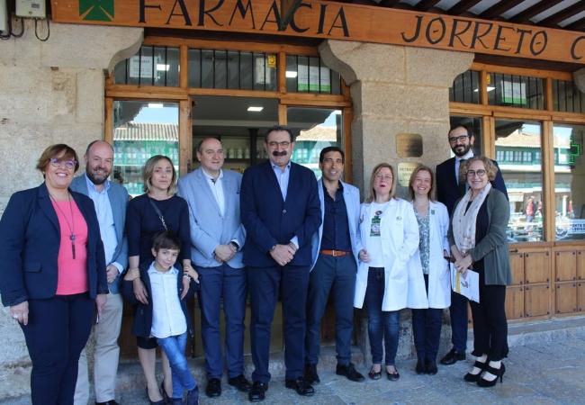 Jesús Fernández Sanz, en el centro, durante su visita a la farmacia de la Plaza Mayor de Almagro