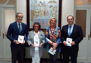 De izquierda a derecha: Ernesto Cervilla, presidente del Colegio de Farmacéuticos de Cádiz; Pilar Álvarez, presidenta de ALCA; Lola Palomino, vocal de Relaciones con Pacientes y ONGs del Colegio de Farmacéuticos de Cádiz; y José Antonio Más, del Consejo Rector de Bidafarma.