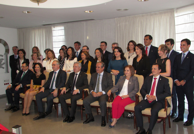 Foto de familia de la nueva Junta de Gobierno del COFCO, con Casaño a la cabeza