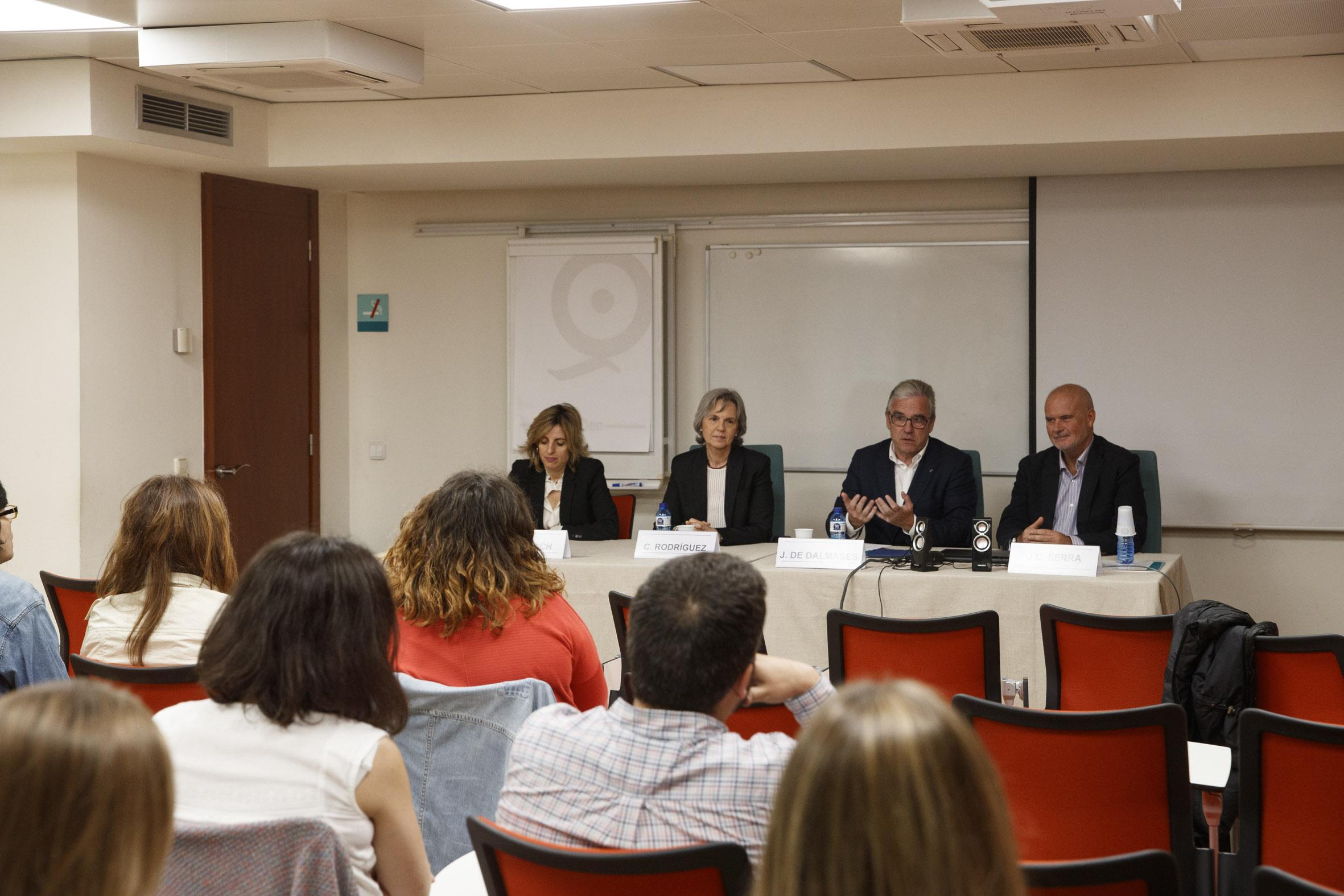 Jordi de Dalmases, presidente del COFB; Joan Carles Serra, director del Máster; y Cristina Rodríguez y Mònica Gallach, durante la clausura del máster