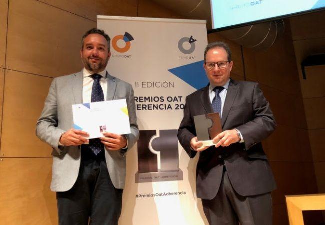 Domingo Ortega y Juan Pedro Vaquero, de la Comisión de Servicios Profesionales del CACOF, quienes recogieron el premio.