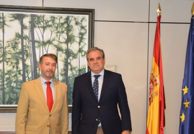 José Ramón Plaza Salazar, y el Presidente del Consejo General de Colegios Oficiales de Farmacéuticos, Jesús Aguilar Santamaría