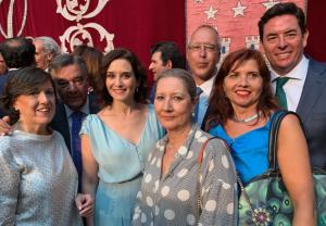 Luis González, presidente del COFM, junto a Isabel Díaz Ayuso y algunos miembros de la junta de gobierno del COFM