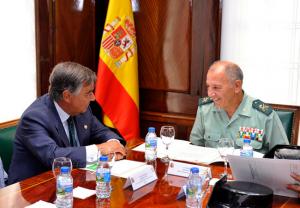 Luis González Díez junto con el  teniente general Fernando Santafé