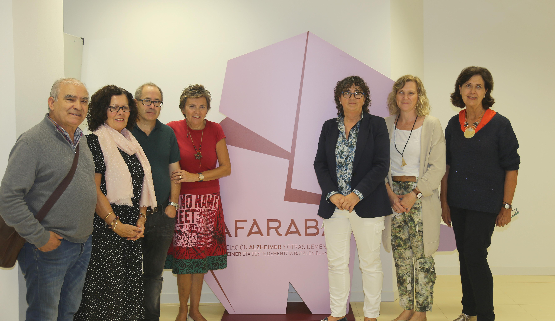 La presidenta de AFARABA, María Isabel Perea y la presidenta del COF Alava, Milagros López de Ocáriz, con miembros de la junta de ambas organizaciones