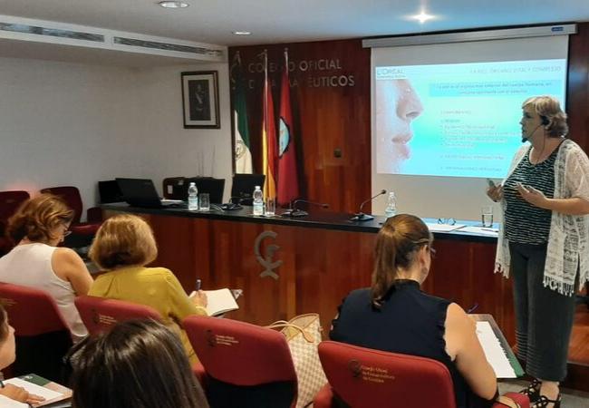 La directora científica de L´Óreal Cosmética Activa, María Leonor Prieto, durante la charla