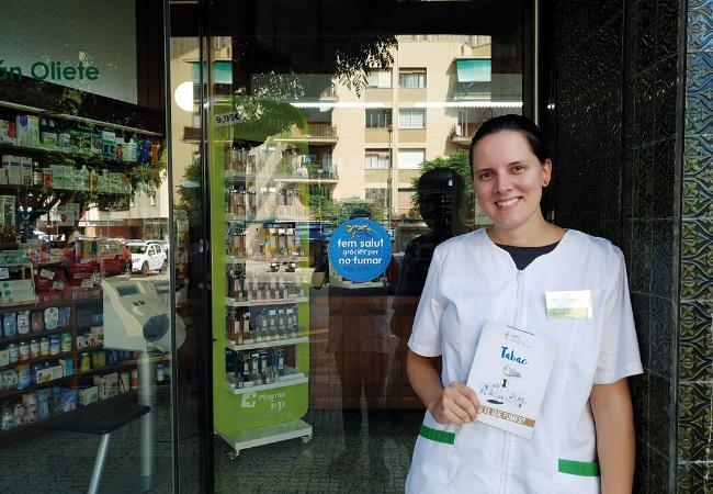 Cristina Guzmán, en la puerta de su farmacia
