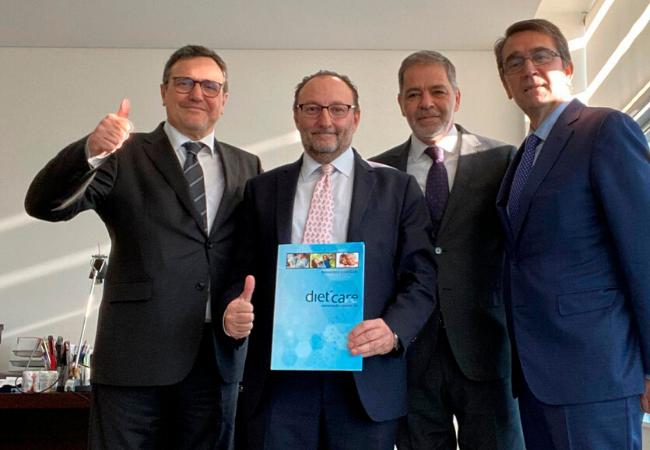 Foto de familia de los representantes de Cantabria Labs y Dieticare, tras la compra de las acciones