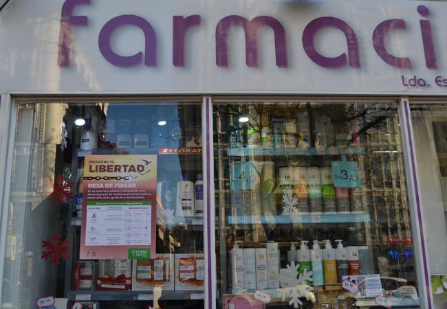 Farmacia madrileña con el cartel de la campaña