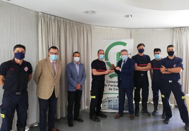 Miembros de la Junta de Gobierno del Colegio de Farmacéuticos de Córdoba, con su presidente, Rafael Casaño, a la cabeza, junto a representantes del Servicio de Extinción de Incendios y Salvamento (SEIS) de Córdoba