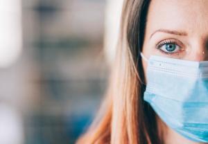 La piel y el uso de mascarillas: cómo evitar el acné, irritaciones, deshidratación