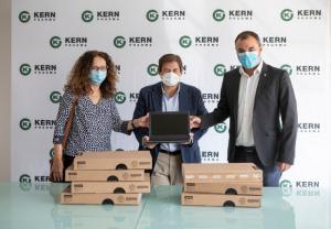 Kern Pharma dona 200 ordenadores para apoyar la formación de jóvenes este curso