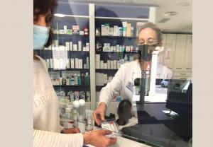 Las farmacias de Allariz realizan una prueba piloto de autorrecogida de test de saliva para detectar el coronavirus