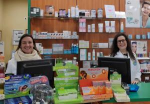 A la Izquierda Izaskun junto a Cintia, Farmacia Izaskun, en Carabaña