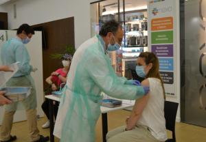 Los farmacéuticos reciben la segunda dosis de vacunación con orgullo profesional