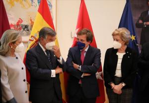 Martínez-Almeida reconoce el trabajo de los farmacéuticos madrileños ante su Día Mundial