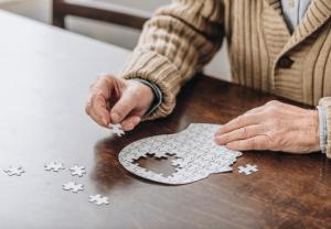 Más del 40% de las personas mayores presentan riesgo de deterioro cognitivo, según un estudio pionero en farmacias